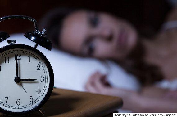 스트레스에 쌓여 잠이 들면 더 높은 스트레스 상태로 잠이 깬다
