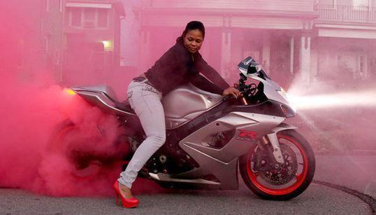 모터사이클을 타는 여자들이 페미니즘의 기어를