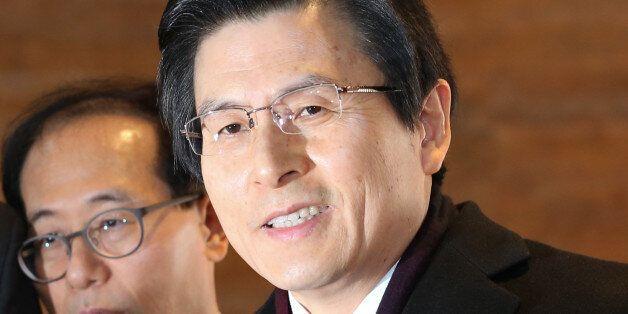 황교안 대통령 권한대행이 6일 서울 여의도 국회에서 열린 본회의에 츨석하기 위해 본청으로 들어서며 취재진의 질의에 답하고