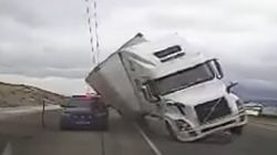 대형 트럭이 강풍에 쓰러져 경찰차를 덮쳤다