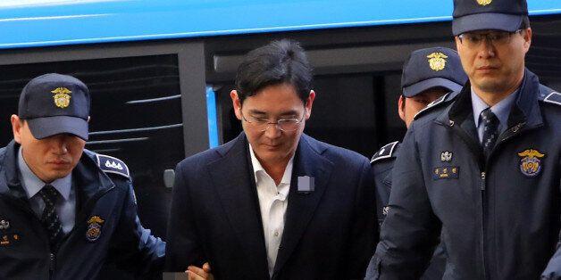 뇌물공여 등 혐의로 구속된 이재용 삼성전자 부회장이 18일 오후 호송차를 타고 서울 강남구 대치동 박영수 특검에 도착해 조사실로 향하고