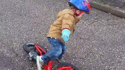 이 자전거 타는 아이에게 '축구에 재능이 있다'고 말하는