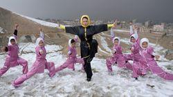 아프간의 눈 덮인 산에서 무술을 연마하는