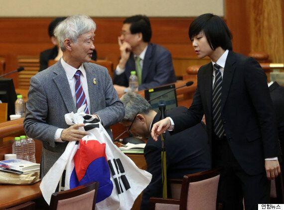 박근혜 탄핵심판 대리인이 헌재에서 태극기 퍼포먼스를