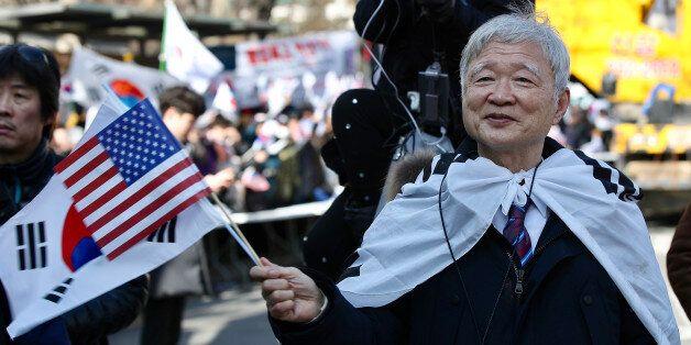 18일 오후 서울 광장 인근에서 열린 제13차 탄핵기각 총궐기 국민대회에서 서석구 변호사가 태극기를 흔들고