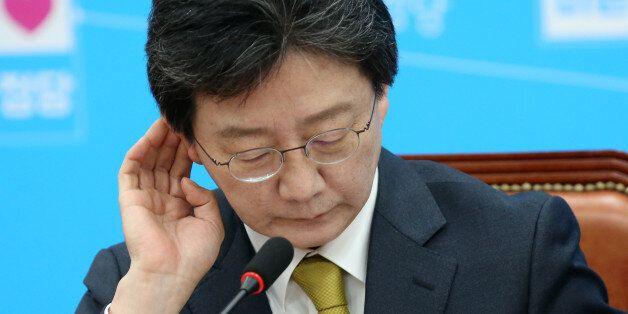 바른정당 대선주자인 유승민 의원이 16일 오전 서울 여의도 국회에서 열린 최고위원회 회의에서 자료를 보며 생각에 잠겨