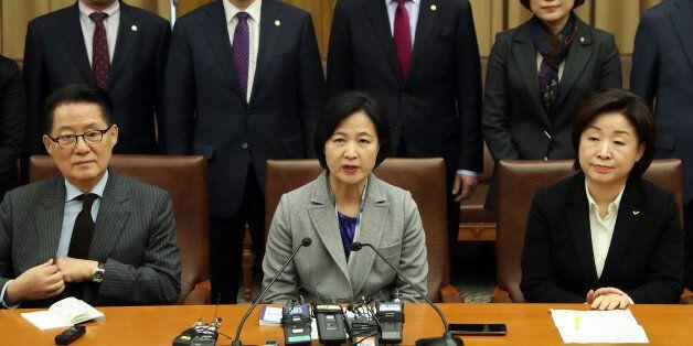 야3당 대표가 긴급기자회견을 열어 '3월13일 이전 탄핵심판 인용'을