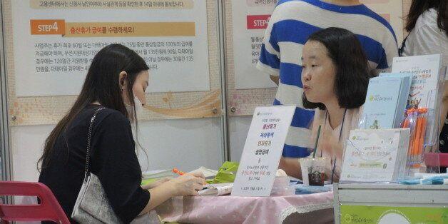 지난해 9월 서울 강남구 세텍에서 열린 '베이비엑스포' 행사장에서 서울시직장맘지원센터 직원이 직장맘과 상담을 하고 있다. 상담은 120 다산콜센터(내선 5번)를 이용해도 된다. 서울시직장맘지원센터