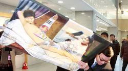 보수단체가 박 대통령 풍자한 그림을 파손해