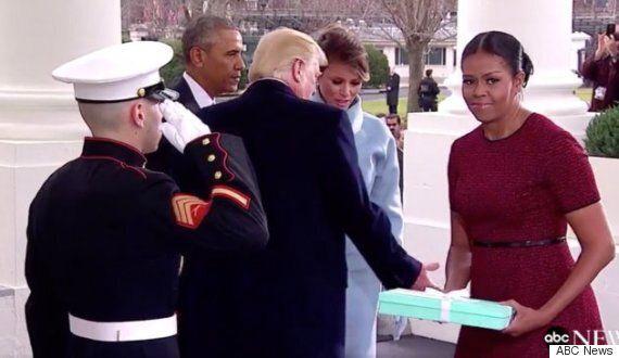 멜라니아 트럼프에게 '티파니 박스'를 받은 미셸 오바마의 표정