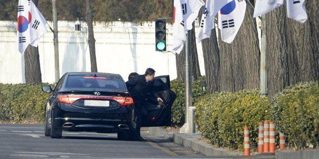 '박근혜·최순실 게이트'를 파헤치는 박영수 특별검사팀 특검보와 수사관들이 3일 오전 청와대 압수수색 영장 집행을 위해 차량에서 내리고