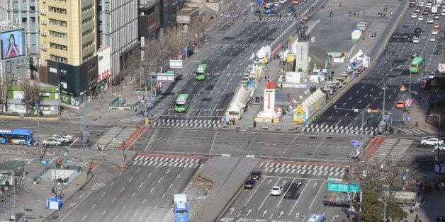 설 연휴가 시작된 27일 오전 서울 광화문 일대가 한산한 모습을 보이고