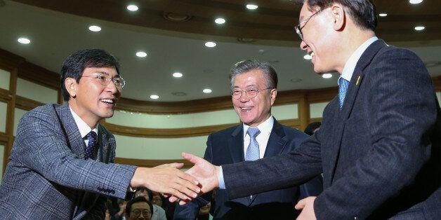 안희정 충남지사와 이재명 성남시장이 지난해 11월 국회 의원회관에서 인사를 나누고