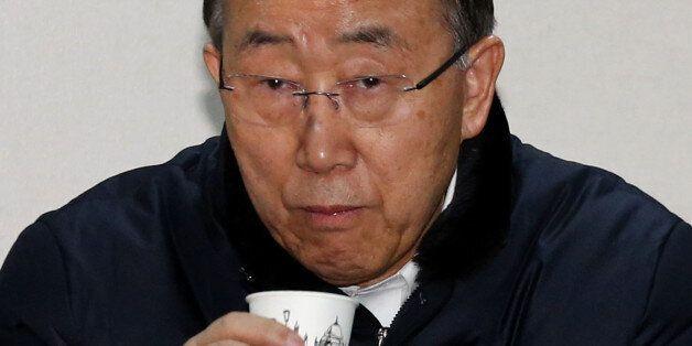 반기문 전 유엔 사무총장이 18일 오후 대구 서문시장 상가번영회 사무실을 방문해 상인들과 간담회에서 물을 마시고