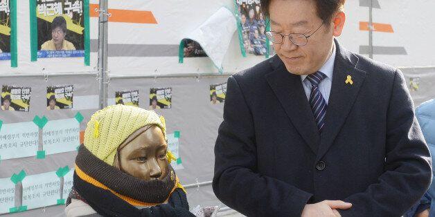 더불어민주당 대선주자인 이재명 성남시장이 28일 서울 종로구 옛 일본대사관 앞 '평화의 소녀상'을 방문해 소녀상을 바라보고 있다.