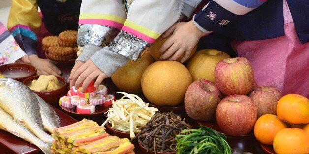 18일 오전 서울 서초구 농협하나로클럽 양재점에서 열린 차례상 차리기 행사에서 어린이들이 차례상 차리는 방법을 배우고