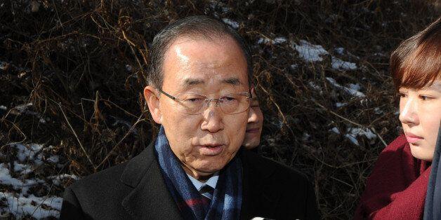 반기문 전 유엔사무총장이 설날인 28일 오전 충북 음성군 선친 묘소를 찾아 성묘한 뒤 취재진 질문에 답하고