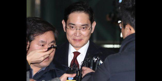 이재용 삼성전자 부회장이 13일 오전 피의자신분으로 특검 조사를 받은 뒤 아버지와 닮은 표정으로 서울 강남구 특검 사무실을 나서고