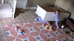 2살짜리 쌍둥이가 서랍장에 깔린 쌍둥이를 구했다