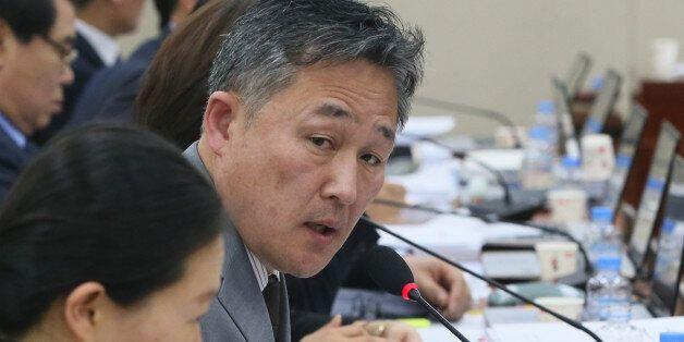 표창원 더불어민주당 의원이 9일 서울 여의도 국회에서 안전행정위원회 전체회의에서 이철성 경찰청장에게 질의를 하고 있다.