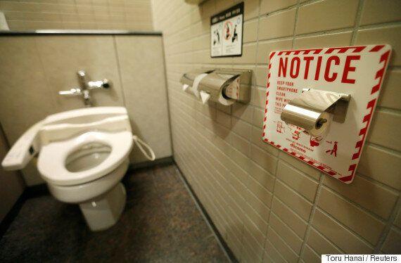 도쿄 나리타 공항 화장실에 흥미로운 휴지가