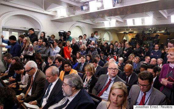 도널드 트럼프가 백악관에서 기자들을 쫓아내는 것을 검토하고