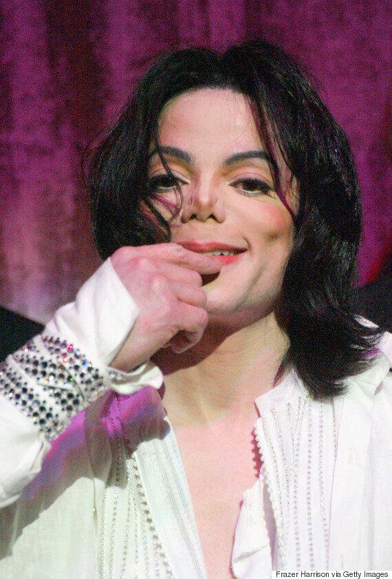 백인 배우가 연기하는 마이클 잭슨의 모습이
