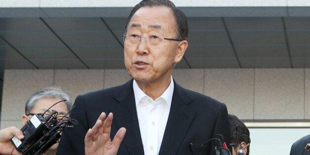 16일 반기문(왼쪽) 전 유엔 사무총장이 부산 남구 유엔평화기념관 앞에서 기자들의 질문에 답하고
