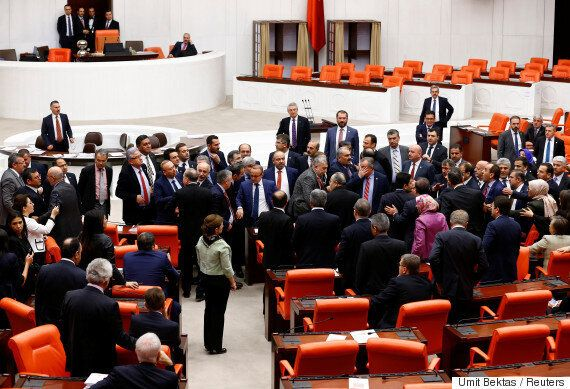 터키 의회에서 개헌안 처리를 놓고 의원들이 집단 난투극을 벌였다