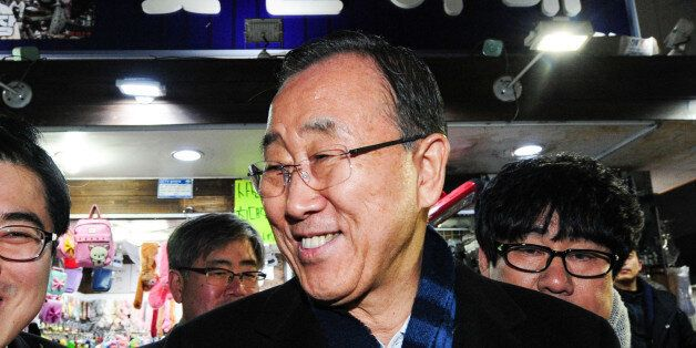 반기문 전 유엔사무총장이 16일 오후 부산 국제시장 꽃분이네를 찾아 시민들과 인사를 나누고