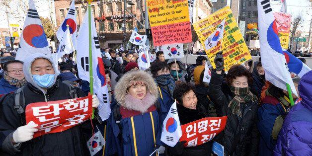 14일 오후 서울 종로구 대학로에서 열린 '탄핵 반대' 맞불집회에서 '박사모' 등 보수단체 회원들이 박근혜 대통령의 탄핵 기각을 촉구하고