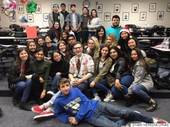 학생들에게 크리스마스 선물 받은 선생님이 놀라운 반응을