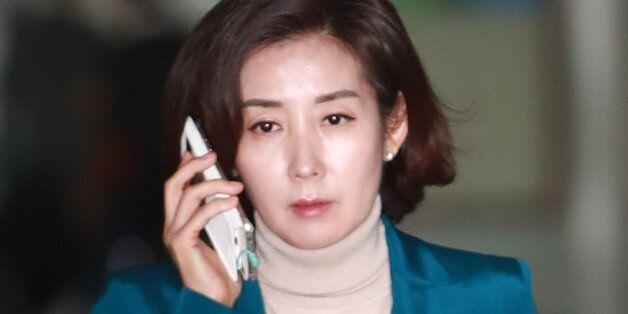 새누리당 탈당을 보류한 나경원 의원이 27일 오후 서울 여의도 국회 의원회관에서 자신의 의원실로 들어가며 전화 통화를 하고