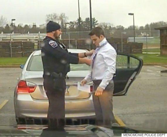 이 교통경찰은 과속 운전자를 붙잡았다. 그리고는 운전자의 넥타이를