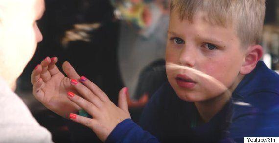 뇌종양 투병 중인 소년이 매니큐어를 바르는 아름다운