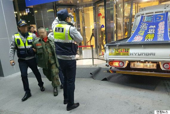 해병대 복장의 남성이 트럭을 몰고 JTBC사옥에