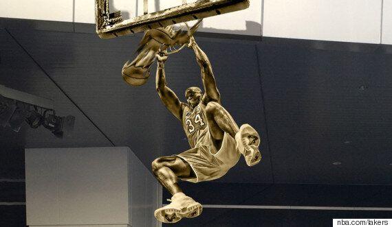 L.A 레이커스가 샤킬 오닐의 이 덩크슛 장면을 동상으로