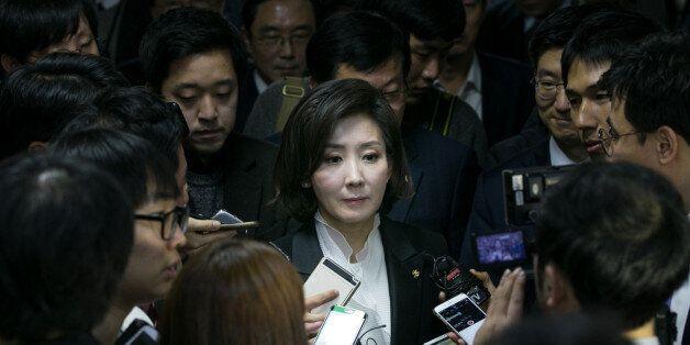 나경원 새누리당 의원이 16일 서울 여의도 국회에서 열린 새누리당 원내대표 경선 의원총회를 마치고 의총장을 나서며 취재진의 질문을 받고
