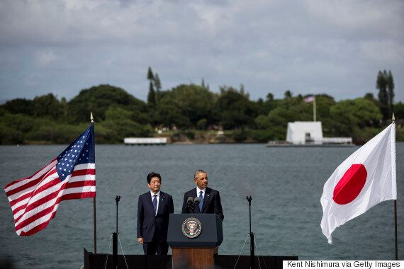 오바마와 아베가 진주만 추모 기념관에서 처음으로 공동 헌화를