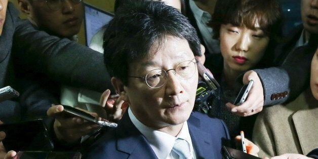유승민 새누리당 의원이 27일 서울 여의도 국회 의원회관에서 열린 개혁보수신당(가칭) 창당 기자회견을 마친 뒤 취재진의 질의에 답하고