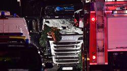 대형 트럭이 베를린 시내 인파를