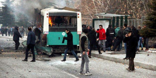 17일 오전 터키 중부 도시 카이세리에서 군인을 태운 버스가 차량폭탄공격을 받아 13명이 숨지고 56명이 다쳤다. 사진은 폭발 직후 버스가 불타는
