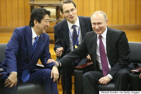 푸틴과의 정상회담 이후 아베가 '선물만 안겨주고 빈손으로 왔다'는 비난에 시달리고