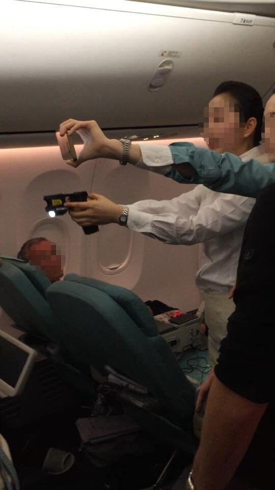 대한항공 기내에서 난동이 발생했을 때, 승무원은 장전되지도 않은 테이저 건을 겨누고