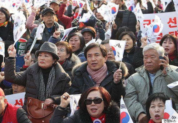 김진태가 엄마부대봉사단이 주최한 '박근혜 탄핵반대 집회'에 참석했다