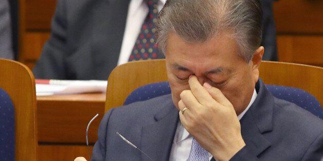 더불어민주당 문재인 전 대표가 13일 오후 국회 헌정기념관에서 열린 싱크탱크 '국민성장 정책공간'의 대한민국 바로 세우기 제1차 포럼 도중 안경을 벗고 눈을 만지고