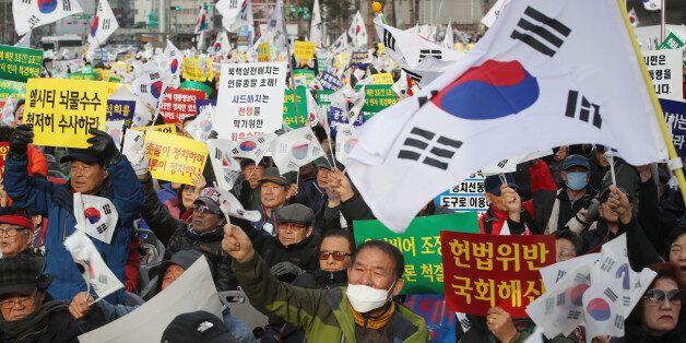 박근혜 대통령 즉각 퇴진을 요구하는 6차 주말 촛불집회가 열리는 3일 오후 서울 동대문디자인플라자 앞에서 '박근혜 대통령을 사랑하는 모임(박사모)' 등 단체 주최로 맞불집회가 열리고