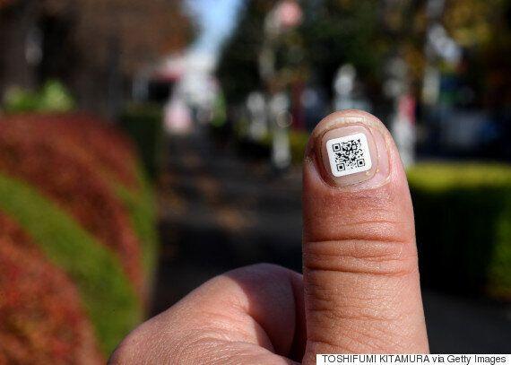 일본이 노인들에게 QR코드 스티커를 붙이는