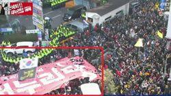 시민들이 새누리당사 앞에서 새누리당 깃발을