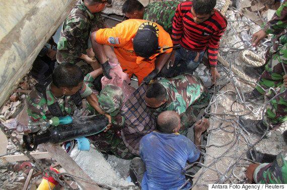 인도네시아 강진 사망자 수가 100명이